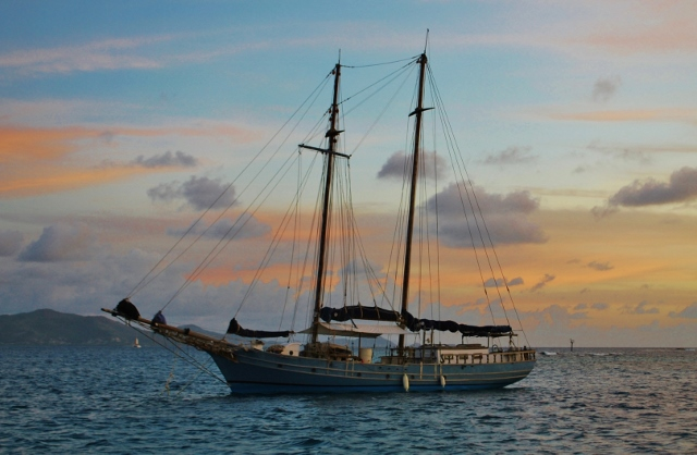 Ship at sunset Union Island (2) (640x418)